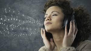 Resultado de imaxes para gente escuchando música