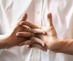 مخاطر  فرقعة الاصابع