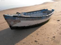 Resultado de imagen de barca varada en la orilla