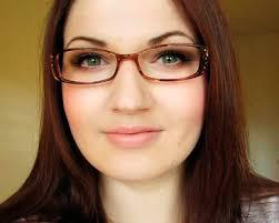 Untuk bentuk wajah bulat, pilih frame berbentuk persegi panjang atau bujur sangkar dengan sudut yang tajam, untuk mempertegas bentuk wajah. Wajah persegi - bulat