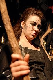 Atalaya, la sorcière de Bougaya, est incarnée par la comédienne Lucie Farine Cette pièce de théâtre sera, à coup sûr, un succès. - ATALAYA01