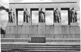 <b>Серафимовское мемориальное</b> кладбище, памятник