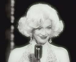 Jennifer Lopez është transformuar në Marilyn Monroe me rastin e ditëlindjes së prezentatorit amerikan George Lopez, i cili më 23 prill i ka mbushur 49 vjet. - u3_jen1