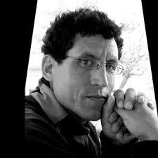 <b>Mohamed Rachdi</b>, responsable du mécénat culturel à la Société Générale, <b>...</b> - Rachdi_portrait-mains%2520copy%2520copy