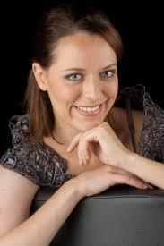 ... Violine und studierte Gesang an der Zürcher Hochschule der Künste bei Jane Thorner-Mengedoht. Sie besuchte Liedklassen bei Daniel Fueter, Hans Adolfsen ... - Bettina%2520Schneebeli_kl
