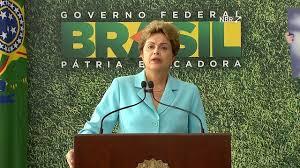 A presidente Dilma diante do slogan