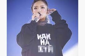 Популярная <b>японская</b> певица надела на выступление толстовку с ...