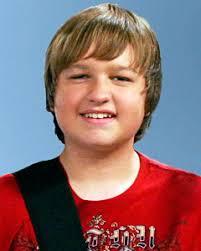 """Angus T. Jones como Jacob David """"Jake Harper"""", el hijo underachieving de Alan y Judith. Él gasta(pasa) la mayor parte de su ocio jugando vídeojuegos, comer, ... - angus-t-jones-as-jake-harper"""