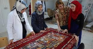 تركيا - شقيقتان مصابتان بالصمم تصنعان سجاداً تشتريه الصين واليابان