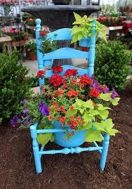 Resultado de imagem para cadeira azul com livro  no jardim
