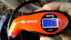 <b>Цифровой</b> автомобильный <b>манометр Daewoo</b> DWM 7 против ...