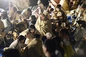 「看板に見入る熊本被災者たち」の画像検索結果