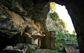 Αποτέλεσμα εικόνας για ο ποιητής ζούσε σε μια σπηλιά