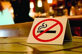 Pro și contra interzicerii fumatului în locurile publice.
