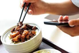 「食事中のスマホ」の画像検索結果
