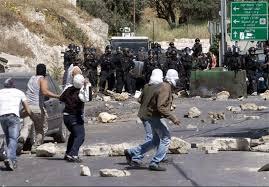 Image result for اجوانان فلسطینی با سنگ3 نظامی صهیونیست را راهی بیمارستان کردند