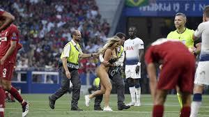 Шерочка с машерочкой: Полуголая <b>футбольная фанатка</b> ...