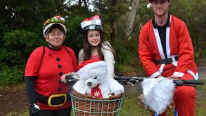 santas take over huskisson photos video south coast register sandra ellis krystal rohart robertson and josh robinson from vincentia