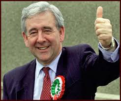 Mae 'na beryg mewn darllen gormod mewn i benderfyniad Dafydd Wigley i dynnu ei enw yn ôl o ystyriaeth fel aelod posib o Dŷ'r Arglwyddi. - 1999_dafyddwigley2