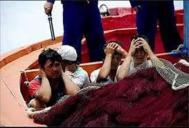 Image result for vụ ngư dân VN đánh cá trong những vùng biển VN bị tầu Trung Quốc chận bắt.