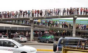 Resultado de imagen para Colas para comprar comida en Venezuela