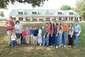 Kids  amp  Counting  quot  The Duggar Family Home in Arkansas   Hooked    Duggar Family in front of Arkansas house