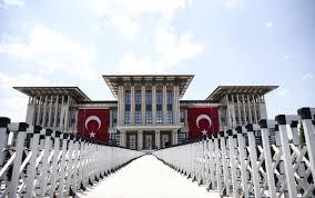 Cumhurbaşkanlığı Külliyesi'ne dev bayraklar asıldı