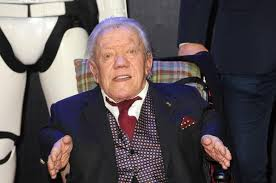 R2-D2 portrayer Kenny Baker dies; George Lucas, Mark Hamill ...