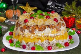 Салат с курицей, <b>ананасами</b>, сыром и грецкими орехами - рецепт