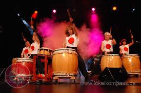 Monika Vollmer (m.) von der Trommelgruppe KiBoDaiko stand mit ...