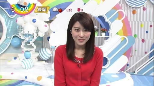 赤い服の郡司恭子