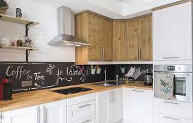 Только не плитка: 9 идей для отделки кухонного фартука ...