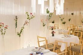 kengo kuma a revtu les murs de ce restaurant avec des tubes transparents sur lesquels il a plac de belles fleurs et plantes un intrieur enchanteur qui amazing restaurant media