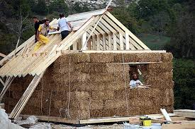 Visita al cantiere di una casa in legno e paglia