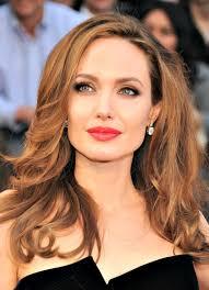 La bellissima attrice Angelina Jolie ha rivelato di essersi sottoposta a una duplice mastectomia preventiva per ridurre il rischio di cancro al seno. - angelina-jolie