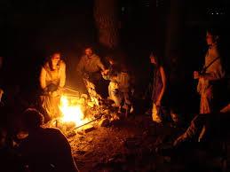 Pessoas em volta de fogueira