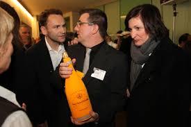 Die Skills-Geschäftsführer Edward Strasser und Jürgen Gangoly mit Gratulantin Daniela Duft, Marketingleiterin der VAMED Vitality World, und einer Flasche ... - skills-fest-1