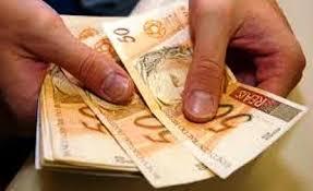 Resultado de imagem para foto de muito dinheiro no bolso
