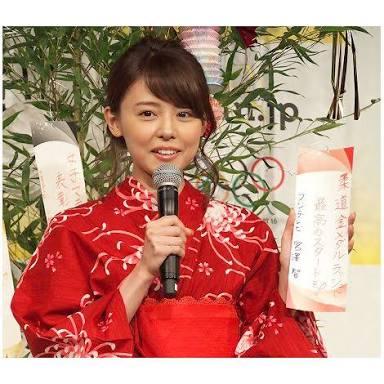 赤い着物の宮澤アナ