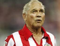El legendario futbolista mexicano Salvador Reyes se ha convertido, a los 71 años, en el hombre más viejo en arrancar un partido del fútbol mexicano al ser ... - chavareyes2