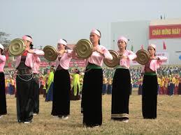 Những cô gái Mường trong điệu múa truyền thống
