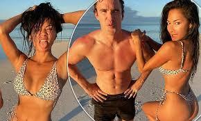 <b>Nicole Scherzinger</b> flaunts her bikini figure in as she poses with ...