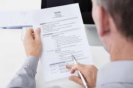 6 signs of a great resume careerbuilder man holding a resume