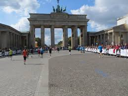 the historic sites of the berlin marathon running through the brandenburg gate