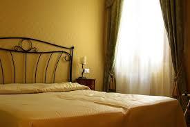 Pareti Beige E Verde : Camera bordeaux e beige pareti immagini attrezzate p