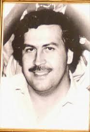 El abatido narcotraficante Pablo Escobar Gaviria hizo una hoguera quemando dos millones de dólares en billetes ... - 2638399w-365xXx80