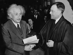 albert einstein writework english receiving from judge his certificate of american citizenship deutsch erhatildecurrenlt von richter