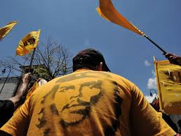 was che guevara a hero or murderer a man wearing a t shirt the portrait of ernesto che guevara