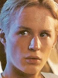 Fullständigt namn: Johan Olof Widerberg Född: 16 mars 1974 i Stockholm Bor: Lägenhet på Söder Längd: 1,70 m. Intressen: Bio, sport (som åskådare) - frida_20_1994_omslag2