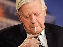Der 94-jährige Alt-Kanzler Helmut Schmidt hortet in seinem Haus angeblich 200 Stangen Menthol-Zigaretten - aus Angst, dass seine Lieblings-Glimmstängel von ... - helmut-schmidt-hortet-seine-menthol-zigaretten-126873546